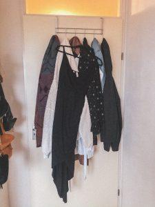 kledinghanger aan deur