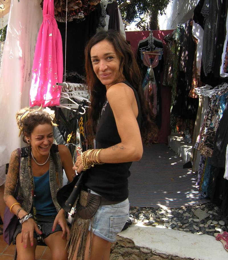 Ibiza Hippie-Markt: zwei Händlerinnen vor ihrem Stand