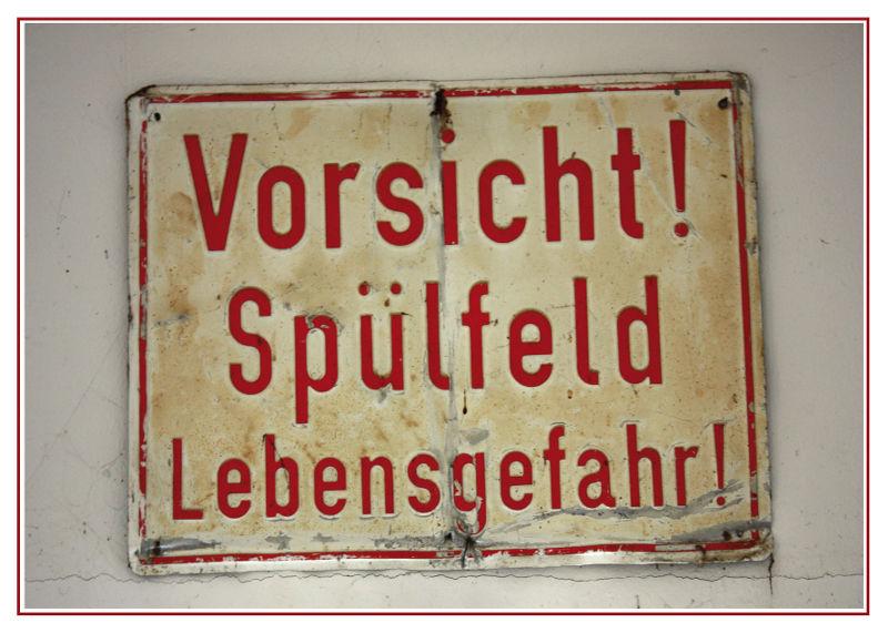 Schild: Vorsicht Spülfeld Lebensgefahr!
