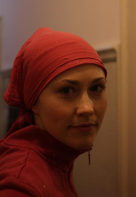 Maedchen mit Farbspitzern im Gesicht und Kopftuch: von vorne
