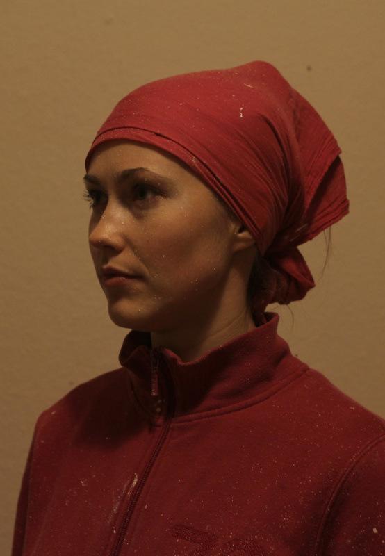 Maedchen mit Farbspitzern im Gesicht und Kopftuch: Dreiviertel-Profil mit Blick nach links