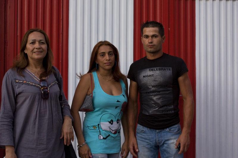 Alcobendas: Pärchen mit Mutter vor rot-weißer Wand
