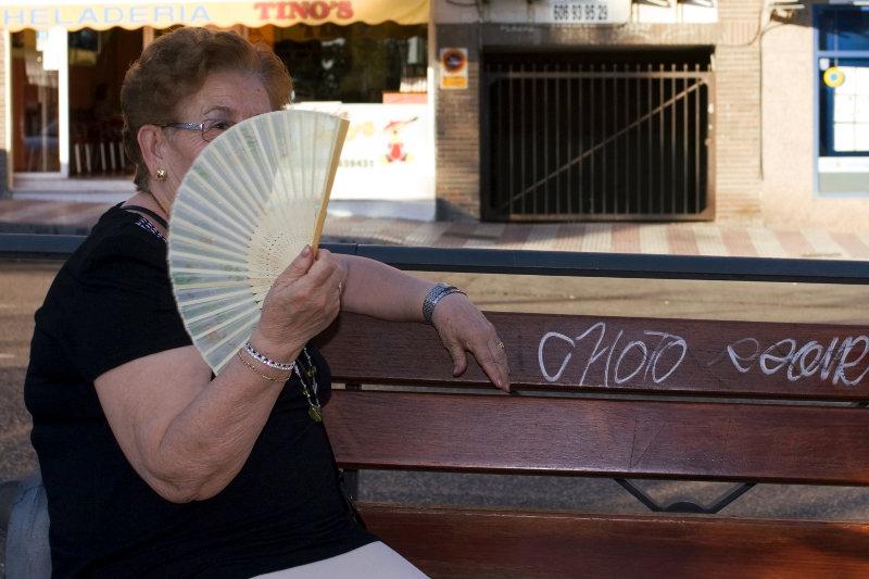 Alcobendas: aeltere Frau mit Faecher