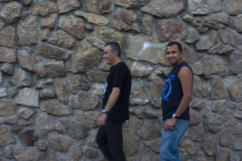 Alcobendas: Zwei Männer vor Natursteinmauer