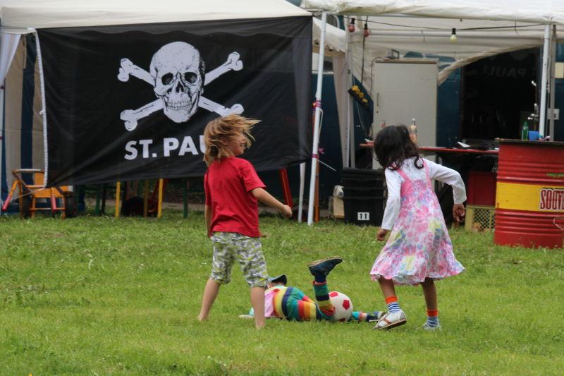 Kommando Cup: Kinder spielen vor St Pauli Flagge