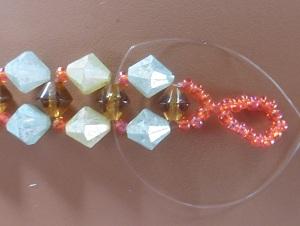 Armband met kralensluiting andere sluiting kruis de draden door ze door de bruine kraal te steken