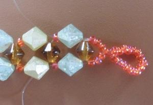 Armband met kralensluiting andere sluiting steek de draden door de eerste grote en kleine kraal