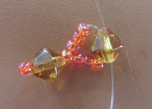 Armband met kralensluiting draden in tegengestelde richting door eerste kraal na de sluiting