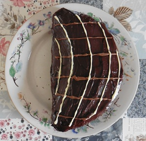 Chocolade taart eigeel af met versier lijnen