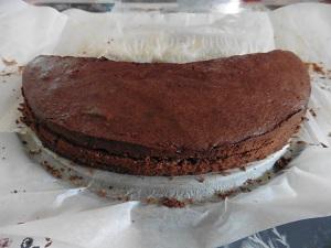 Chocolade taart eigeel in lagen snijden