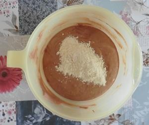 Chocolade taart eiwit bloem bij het chocolade eiwittenmengsel