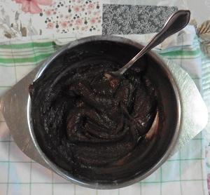 Chocolade taart eiwit poedersuiker en de pure chocolade met boter onder elkaar geroerd
