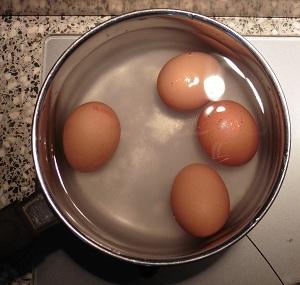 Eiersalade eitjes in koud water met zout