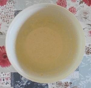 Vanille roomijs eidooiers suiker en vanille suiker schuimig mixen