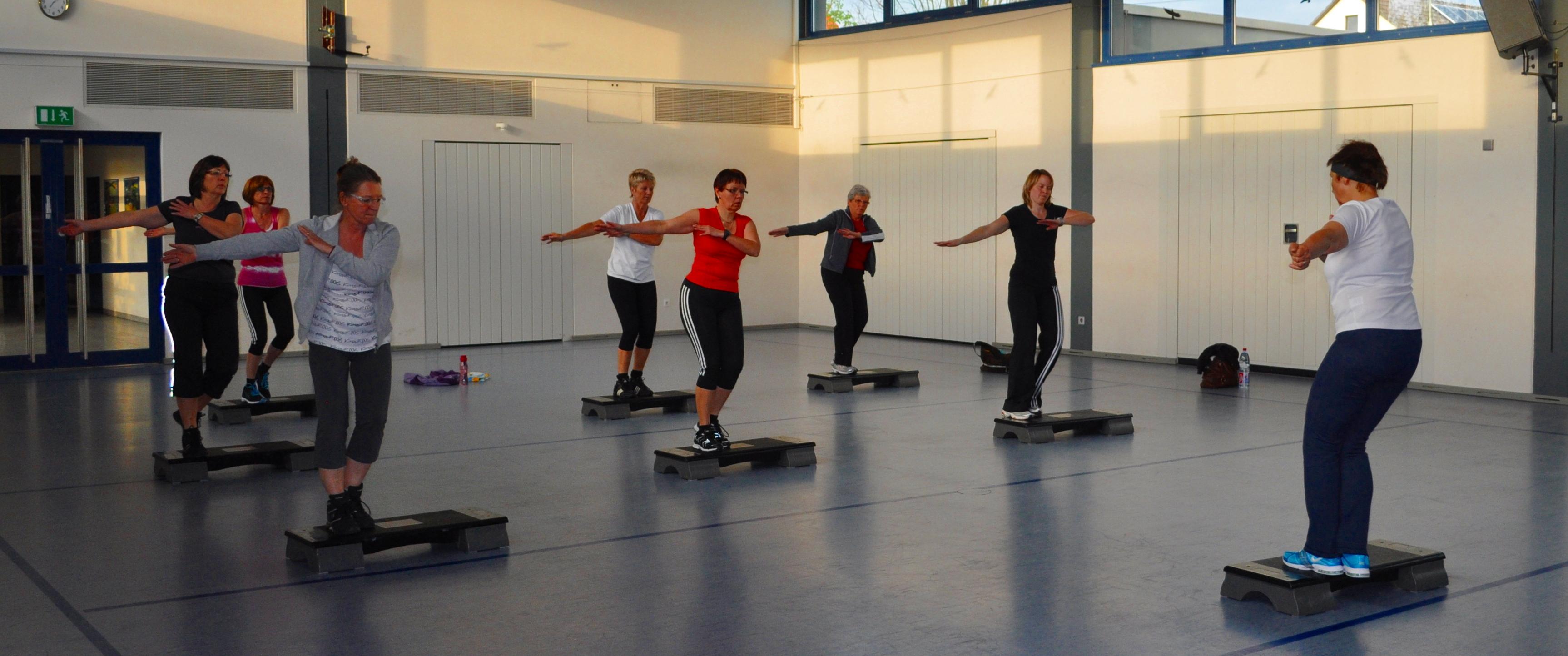 Step-Aerobic am Dienstagabend in der Mehrzweckhalle