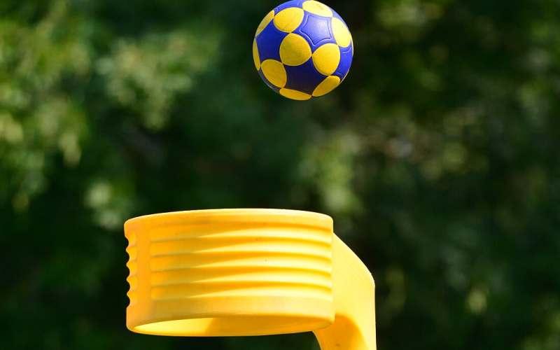 Foto van een bal die richting de korf gaat