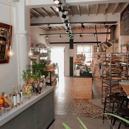 Il-forno-di-Gerasimou-Mykonos-interior-entrance-photo-from-the-bakerys-website