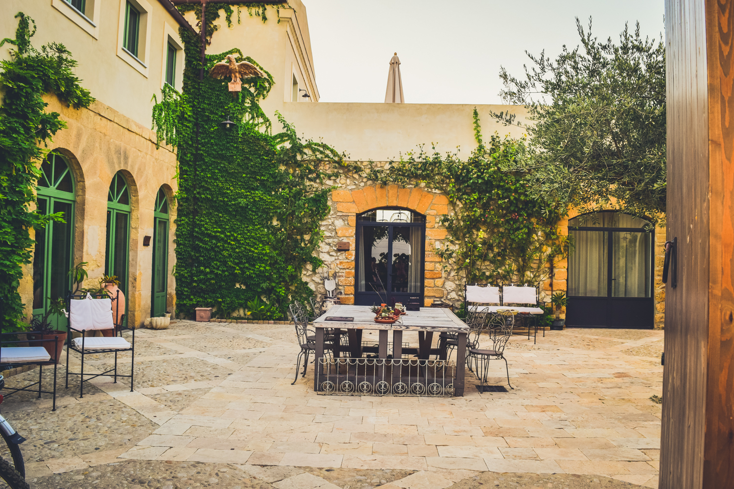 Travel guide to sicily fontes episcopi bio resort where to stay in sicily sicilia near agrigento italy-52 courtyard