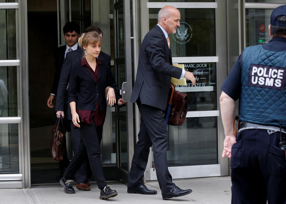 Actor Allison Mack, known for her role in the TV series 'Smallville', exits with her lawyers following a hearing on charges of sex trafficking in relation to the Albany-based organization Nxivm at United States Federal Courthouse in Brooklyn, New York | Autor: BRENDAN MCDERMID/REUTERS/PIXSELL/REUTERS/PIXSELL