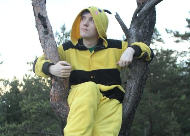 Tombi i ett träd. Buzz buzz maddafakka! Också från ett  av Linns och mina äventyr ute i skogen. Detta dock i anslutning till begravningen av min råtta Trasig.