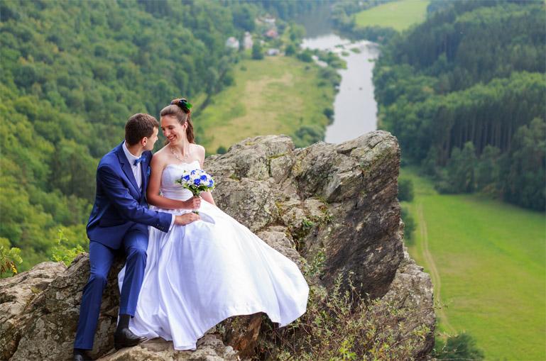 svatební foto - nad řekou