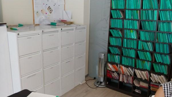 biuro baldai balta pilka spalva - biuro dokumentų saugykla svediski.lt, Stabilus biuro baldai, pakeliamas stalas, pakeliami stalai, darbo stalas, kampiniai darbo stalai, darbo kedes, lentynos spintos, komodos, konteineriai, zurnaliniai staliukai, spinteles, pakabinamos lentyneles, biuro komplektai, daiktadezes, biuro baldai namams, ofiso baldai, ofiso baldai verslui, konferenciju kedes, biuro lentynos, biuro spinteles, biuro spintos, baldai verslui, ergonomiskos kedes, ergonomiski stalai, ergonomiskas stalas, ergonomiska kede, ergonomiska spinta, ergonomiska spintele, stalciu blokai, spintos su stiklinemis durelemis, magnetines lentos, balta magnetine lenta, konferenciju stovai, vadovo biuro baldai, darbuotojų biuro baldai, Lankytojų kėdės, konferencines kedes, vilnius, kaunas, klaipeda, siauliai, panevezys, Efg, Martela, Edsbyn, Linak, Swedstyle, Horreds, Skandiform, Materia, Martinstoll, NC Nordic Care, Drabert, prabangus biuras, puikios, aukstos kokybės modernūs ergonomiški biuro baldai