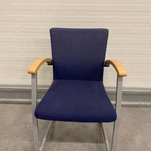 Kinnarps Mėlyno Audinio Kėdė Su Beržo Porankiais, Švedija