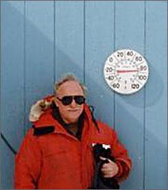 Fotografija sa Grenlanda koja na najbolji način demonstrira razilu između temperature koju pokazuje termometar i temperature vazduha. Iako termometar pokazuje 26C za prijatan boravak napolju neophodna je kompletna zimska oprema (bez rukavica, jer nema vetra) zato što je temperatura vazduha -6C.