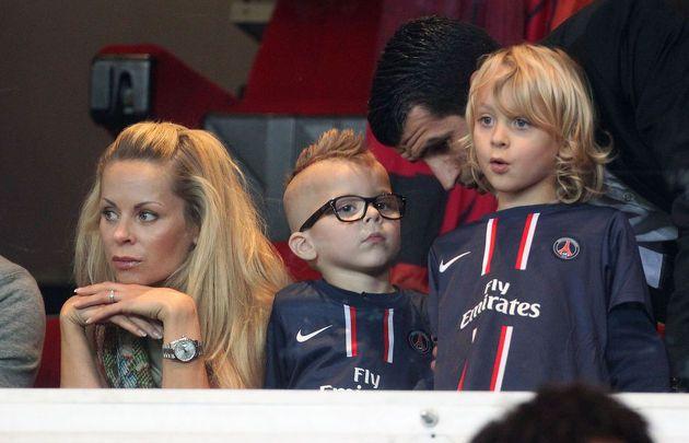 (KIKA) Ð PARIGI Ð Helena Seger  stata fotografata con i figli Vincent, 2 anni e con i capelli alla moicana, e Maximiliam, 6 anni. La moglie e i figli di Zlatan Ibrahimovic hanno assistito a uno scialbo pareggio tra il Paris Saint-Germain, squadra in cui milita lÕex attaccante del Milan, e il Bordeaux. Non  infatti un caso che i pargoli del campione svedese si siano distratti giocando con l'iPhone e con un pupazzo invece che tifare per il loro papˆ.