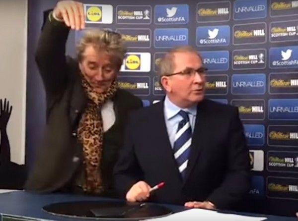 Show na ždrijebu škotskog FA Kupa - Rod Stewart pijan izvlačio parove!