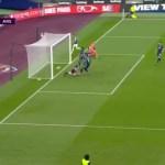 (VIDEO) Kako je ovo mogao promašiti? Napadač West Hama s jednog metra promašio prazan gol!