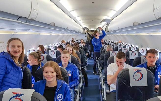 Føroyski hópurin umborð á Atlantic Airways. Anita Nysted eigur myndina.