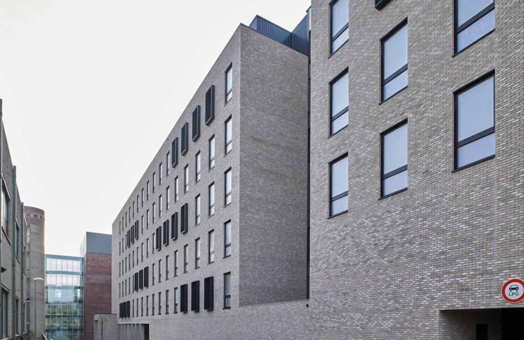 Zicht op voorzijde van het Rega Instituut, KUL