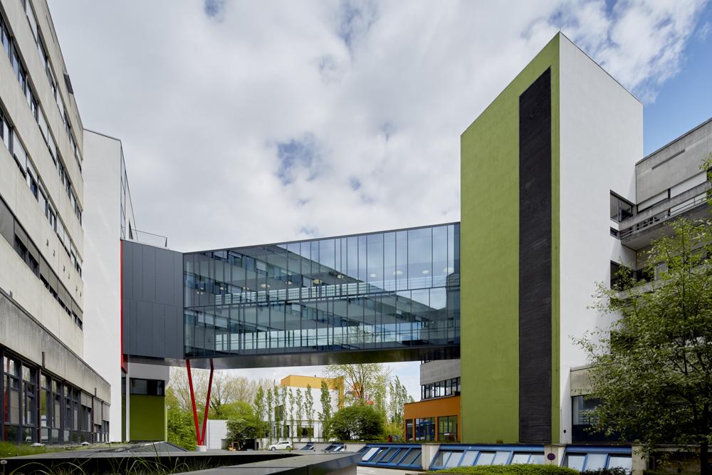 Verbindingsgang tussen bestaand ziekenhuis en nieuw Koningin Mathilde Moeder- en Kind Centrum