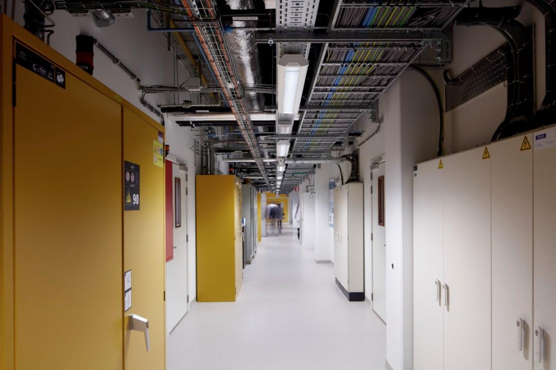 Technieken tegen plafond in gangen labogedeelte Chem&Tech Leuven, KUL