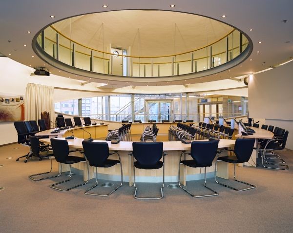 Opvallende, eivormige vergaderzaal in het gemeentehuis van Koksijde