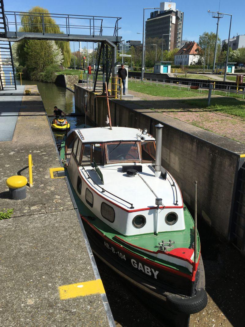 Schleusentranig: Einfahrt in die Sportbootschleuse