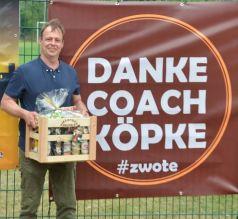 """Coach Andreas """"Köpke"""" Kuhnke mit Abscheidsgeschenk und Banner"""