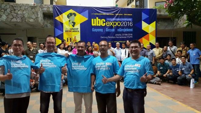 Y Joko Setiyanto (tengah) Ketua Alumni UNDIP DKI Jakarta bersama Panitia UBC EXPO