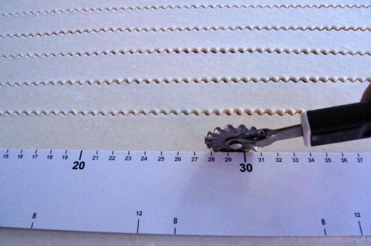 Teig mit Windrad-Roller zuschneiden
