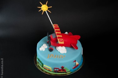עוגת אווירון מעוצב מבצק סוכר עם רכבת וסירה