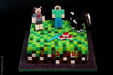 עוגה בצורה של מיינקראפט עם שתי דמויות מפוסלות מבצק סוכר וסוס לפי המשחק