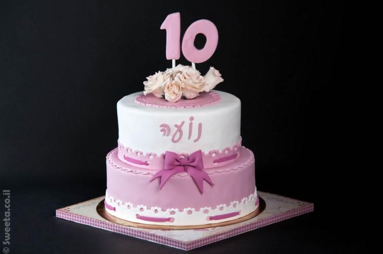עוגת יום הולדת קומותיים עם פרחים אכילים וסרט