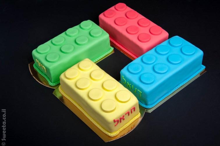 ארבע עוגות מעוצבות בצורה של קוביות לגו ענקיות
