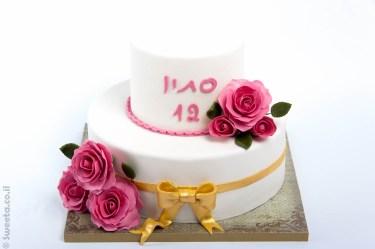 עוגה מעוצבת בבצק סוכר לכבוד בת מצווה פרחונית