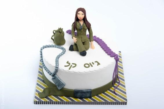 עוגה מעוצבת בבצק סוכר לכבוד גיוס של חיילת