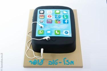 עוגה מעוצבת בצורת סמארטפון מבצק סוכר