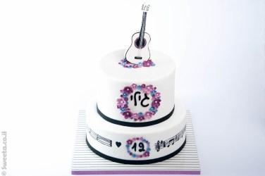 עוגת בת מצווה של גילי עם גיטרה מעוצבת מבצק סוכר