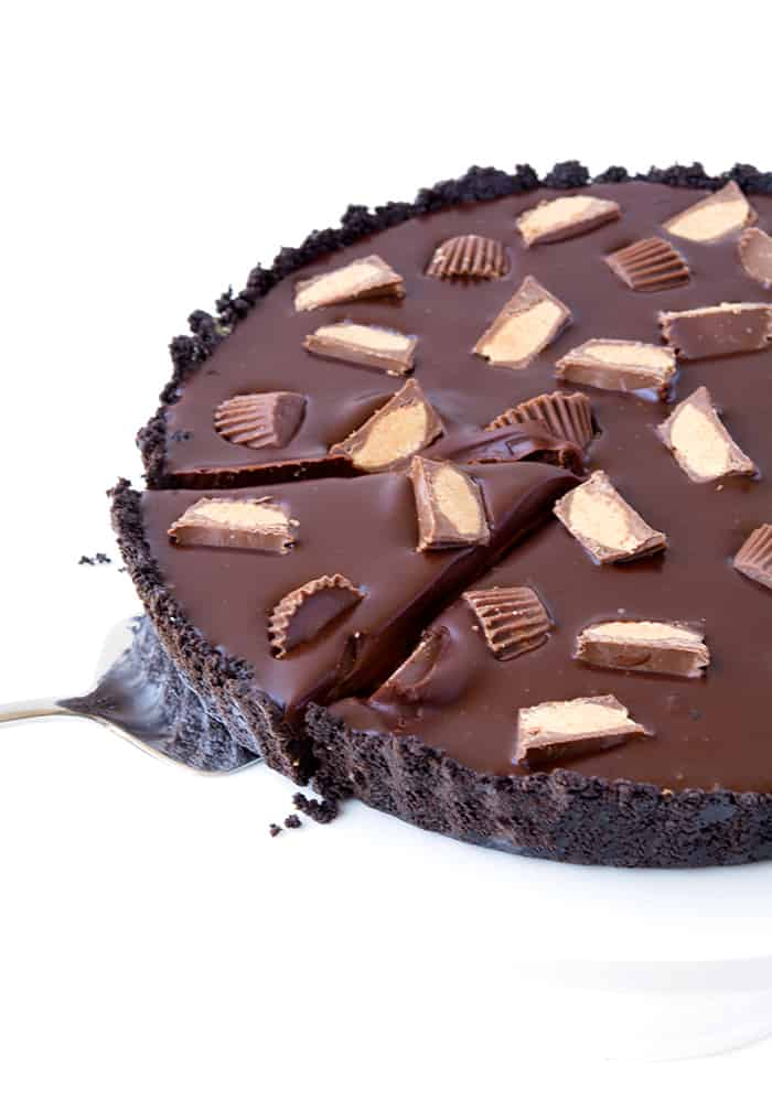 Are you a peanut butter/chocolate/Oreo fan? I'm sure of it because many of my most popular recipes have all three! So I've gone and created another dessert for us to drool over. Even though I love my Chunky Oreo Stuffed Peanut Butter Chocolate Brownies AND my Snickers Peanut Butter Oreo Pie, this chocolate tart has stolen ALL my attention.