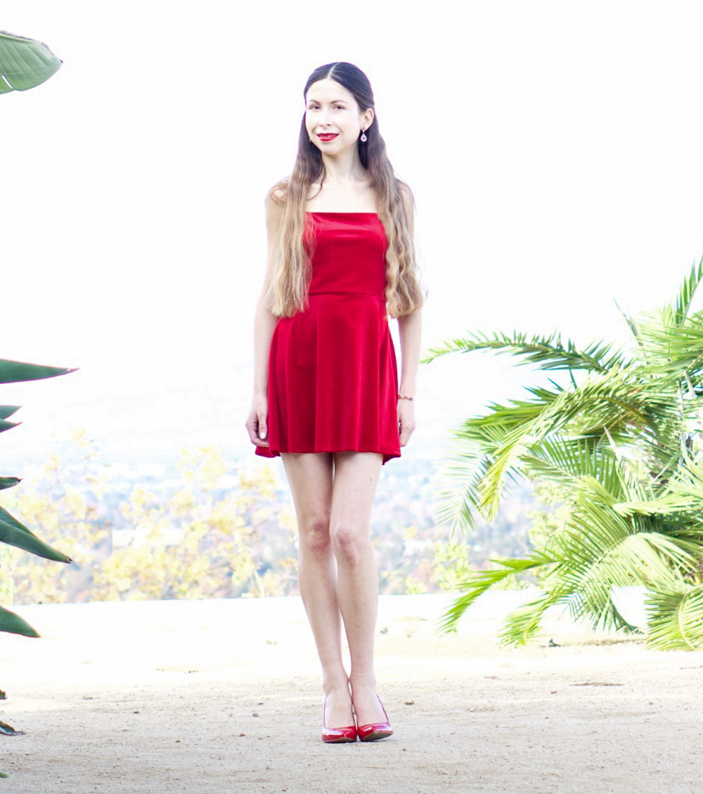 How to wear a red velvet dress